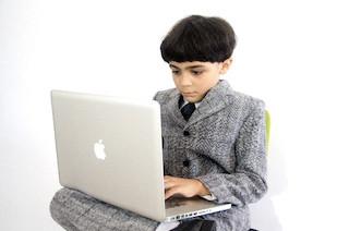 Macを使っている少年