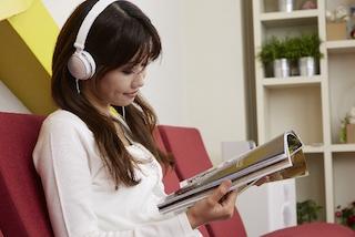 音楽を聞きながら読書する女性